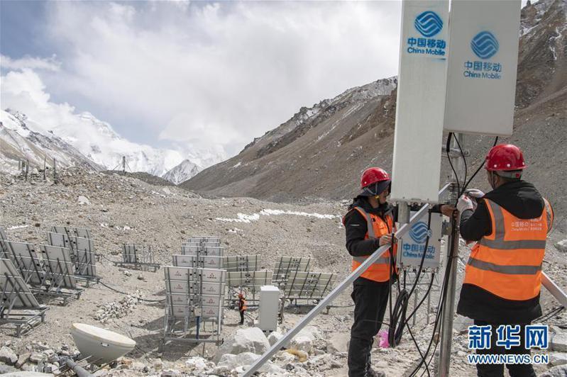 中國移動工作人員在聖母峰大本營附近調試5G基站信號。新華網