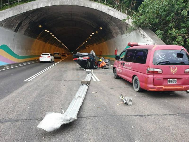 北二高新店隧道北上車道今天下午3時許發生汽車疑自撞翻車意外,影響外二線兩車道。記者王長鼎/翻攝