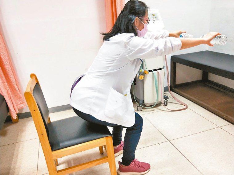 2.蹲坐運動站立於穩固的椅子前方,吐氣時慢慢蹲坐下,同時將手上舉,臀部快要碰...
