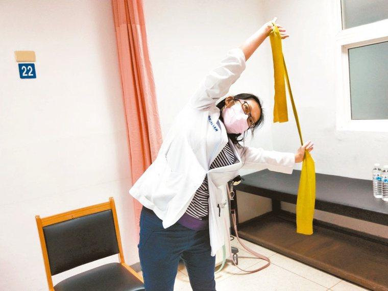 5.軀幹側彎伸展兩側各五次,每次伸展10秒。 記者游明煌/攝影