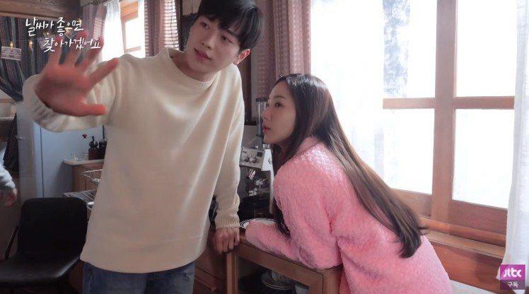 朴敏英在「天氣好的話,我會去找你」最後一集身穿FENDI粉色設計外套和徐康俊對戲...