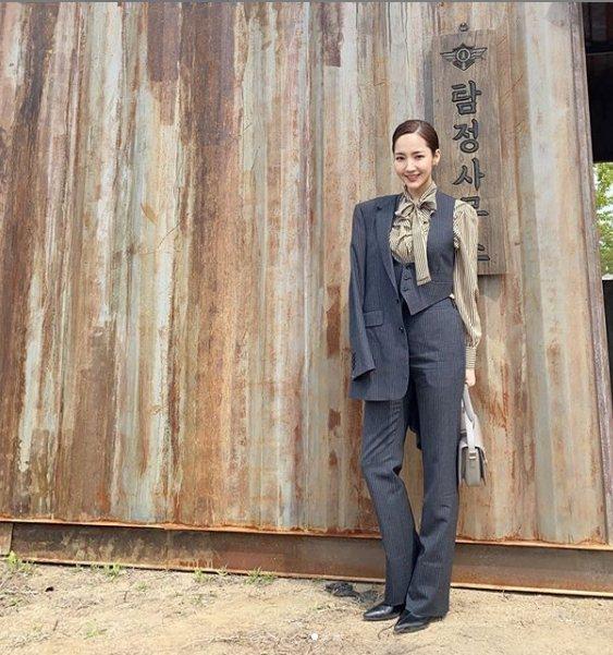 朴敏英身穿CELINE深灰裝束搭配黑白條紋蝴蝶結領上衣。圖/取自IG