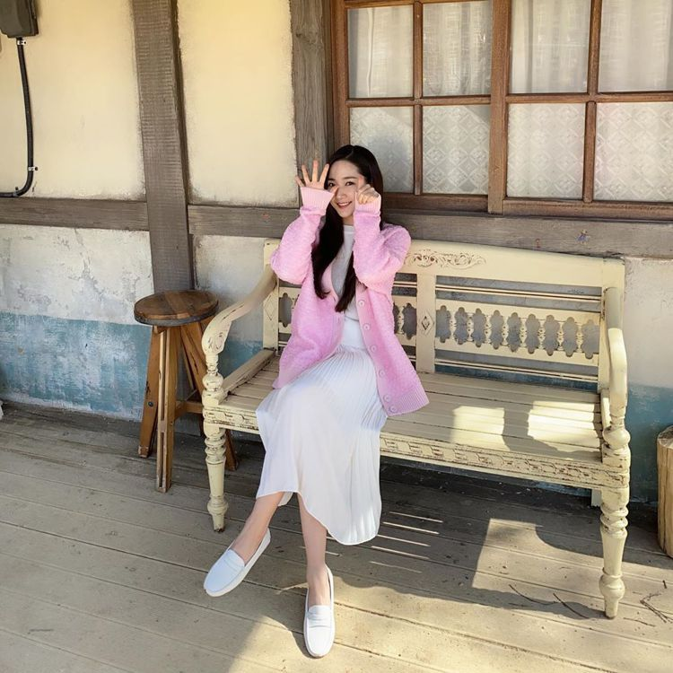 朴敏英在韓劇「天氣好的話,我會去找你」身穿FENDI粉色外套。圖/取自IG