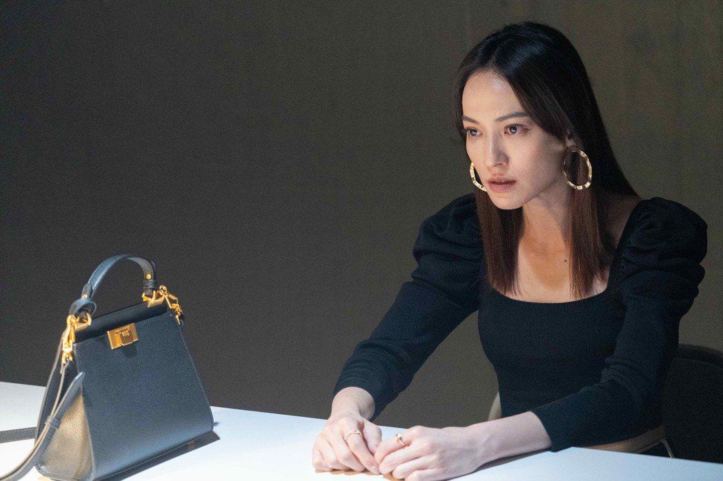 姚以緹在「覆活」戲中一人分飾兩角,前者為公司執行長,後者整形後的瘋狂愛慕者。圖/...