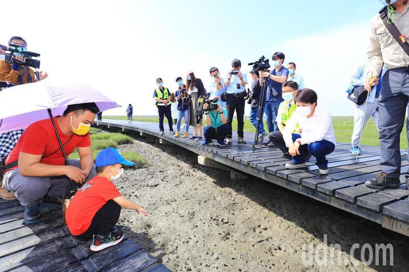 台中市長盧秀燕今日親赴高美濕地視察,感謝民眾配合政策,有效降低疫情風險。記者余采瀅/攝影