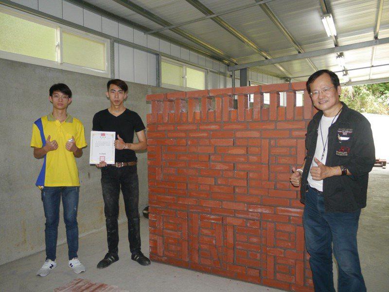 這面牆面刻意砌出文字,總需要8小時才能完成,指導老師梁宇元(右一)讚許學生表現。記者徐白櫻/攝影
