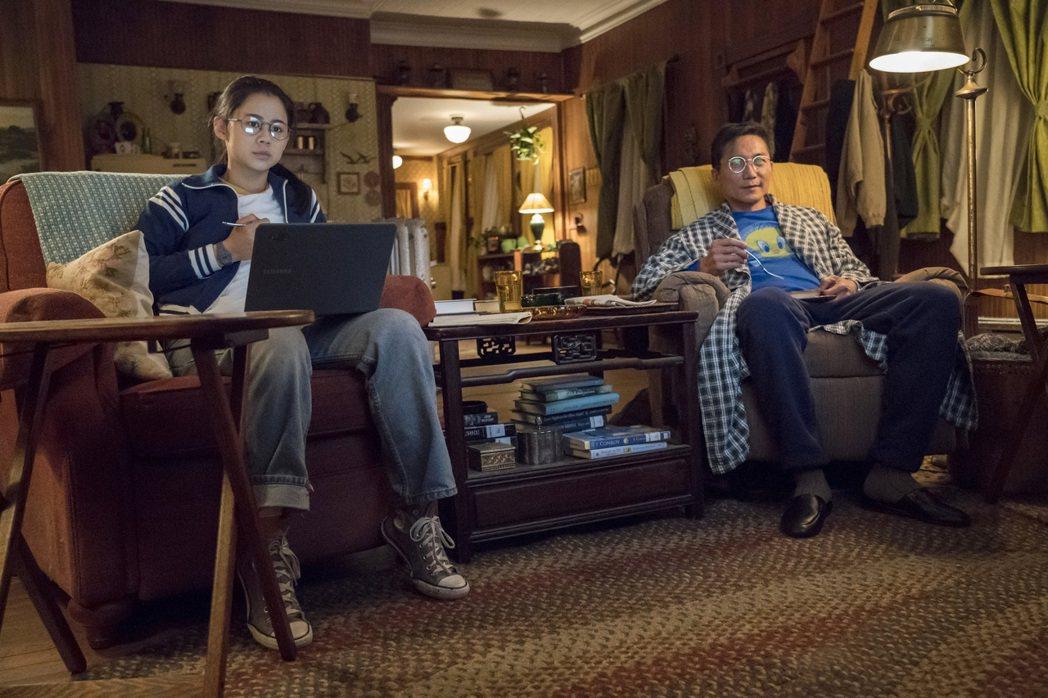 鄒兆龍(右)首度演出好萊塢校園浪漫喜劇,扮演女主角莉亞李維斯(左)的爸爸,父女之...