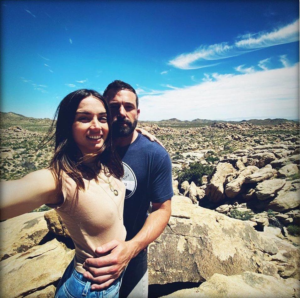 安娜迪阿瑪斯(左)發布激凸照認了與班艾佛列克交往中。圖/摘自Instagram