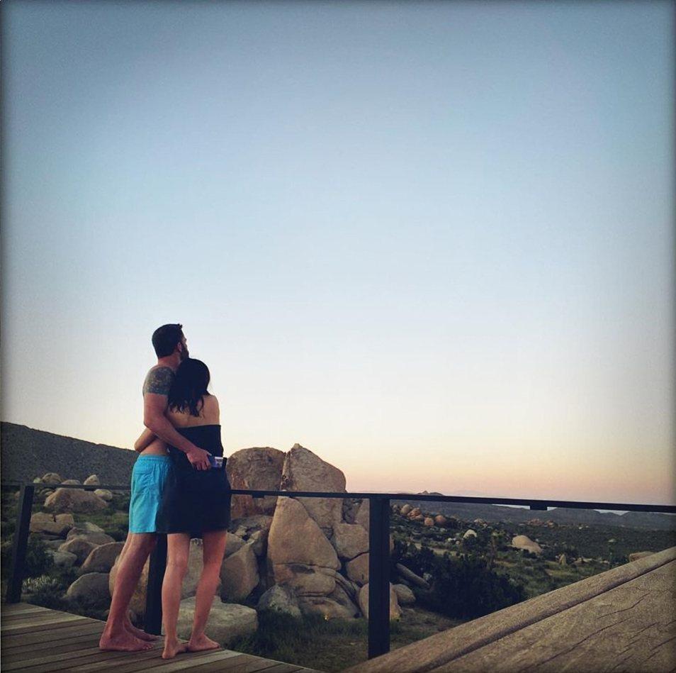 班艾佛列克(左)裸上身與安娜迪阿瑪斯互相摟抱。圖/摘自Instagram