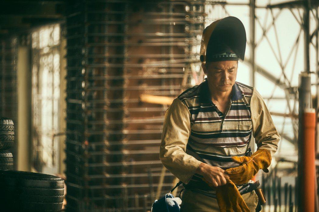 李銘順首次扮演「鐵工」,出道前也曾在工廠當散工長達5、6年。圖/大慕影藝提供