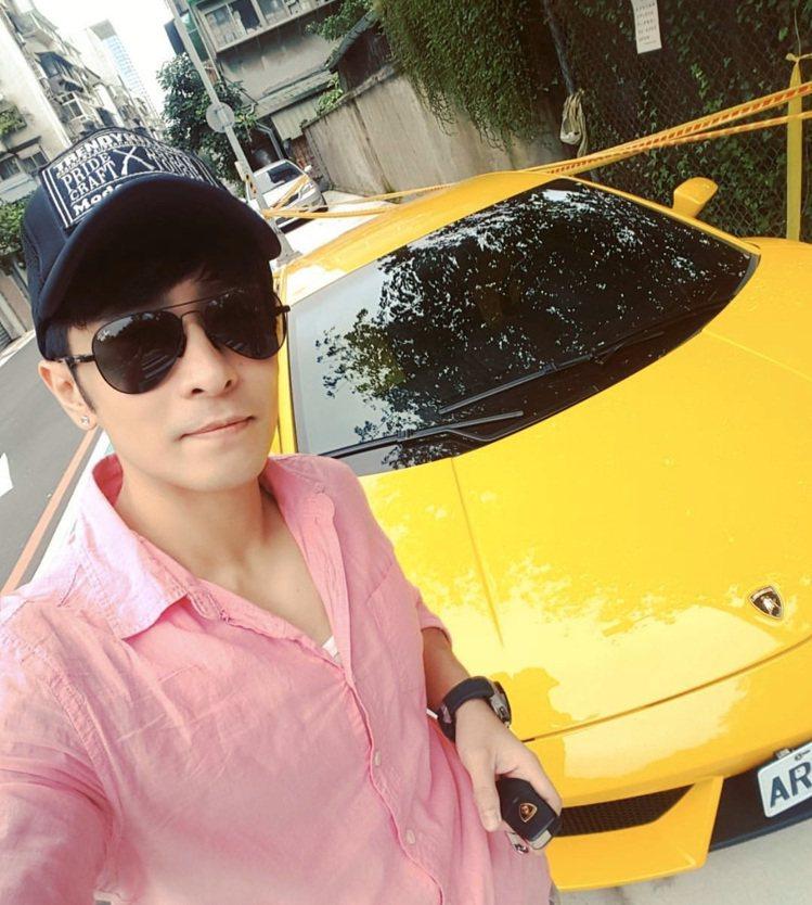 李厚豪和他的藍寶堅尼跑車。圖/李厚豪提供
