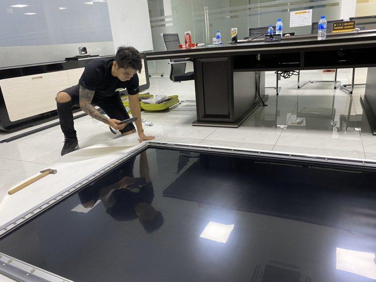 李厚豪(右)獨資創立光瞬膜公司,公司年營業額破七千萬。圖/李厚豪提供