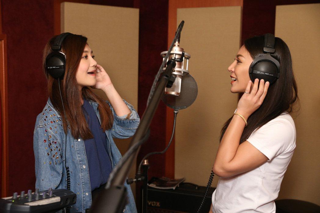 梁靜茹(左)與艾怡良合唱女女對唱版「飄洋過海來看你」,攜手聲援「跨國同婚」議題。...
