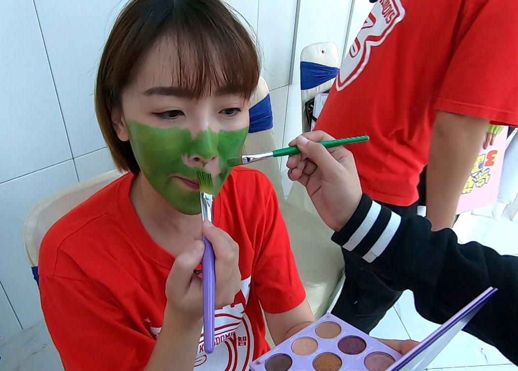 李懿整臉塗綠,擔心顏料傷害皮膚。圖/台視提供
