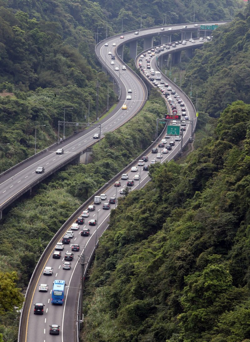 五一連假,國道五號暨周邊南港連絡道昨天堵車嚴重。記者曾吉松/攝影