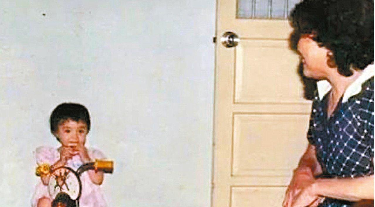 小時候的小甜甜和阿嬤。圖/小甜甜提供