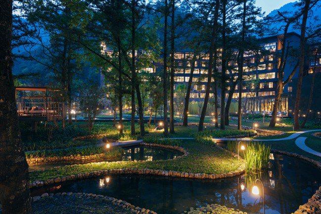 虹夕諾雅谷關找來鐵三角大師設計,出色的照明讓「水之庭園」蜿蜒之美充分展現。 圖/...