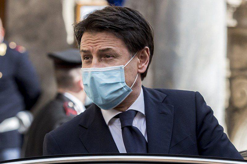 紐約時報報導,義大利總理孔蒂在疫情爆發前公認權力不穩,但在疫情肆虐導致數以萬計人民病故、經濟幾乎崩潰時,孔蒂的支持率竟一路飆升到七成一。圖/美聯社