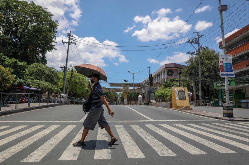 大馬尼拉封城超過兩個月,經濟與貧民生計大受衝擊。菲律賓內政部長安約今天說,跨部門抗疫工作小組建議總統杜特蒂,6月1日起將封城放寬為規範較少的「一般社區隔離」。 歐新社
