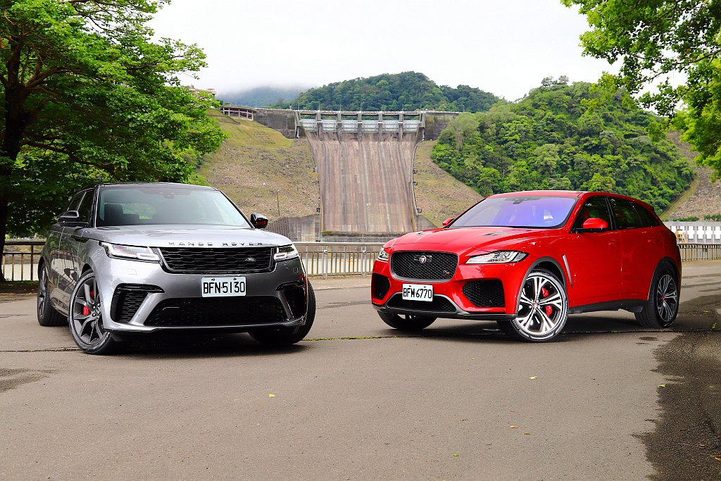 Jaguar F-Pace SVR(右)在台建議售價分別為462萬;Land R...