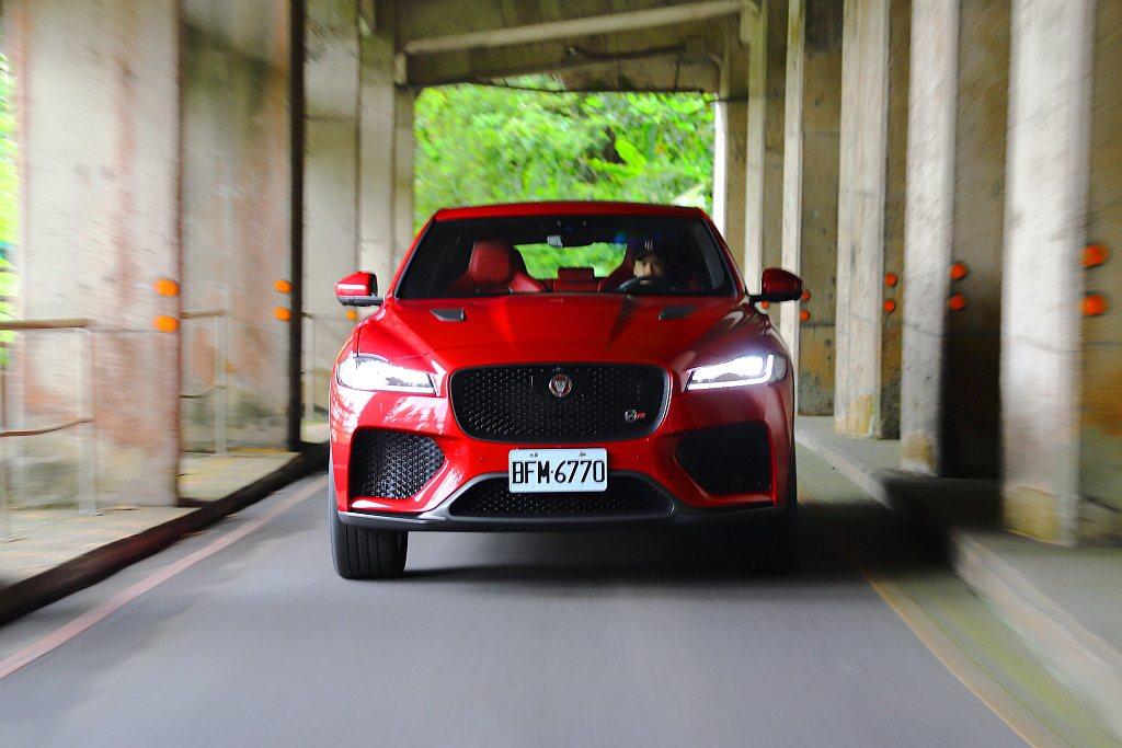 Jaguar F-Pace本身就以跨界跑車的產品定位自居,SVR性能車型更進一步...