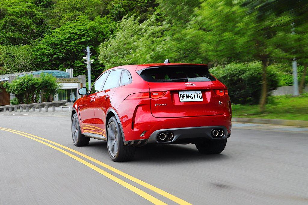 Jaguar F-Pace SVR強烈加速貼背感、車頭轉向精準的操控回饋與飽滿宏...