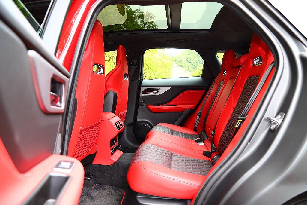 Jaguar F-Pace SVR後排座椅延續前排配置模式,全景式天窗則是全車型...