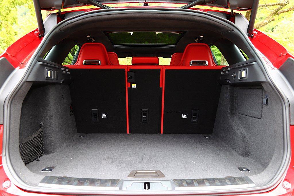Jaguar F-Pace SVR全面保留休旅車該有的實用性,滿座下後廂具備65...