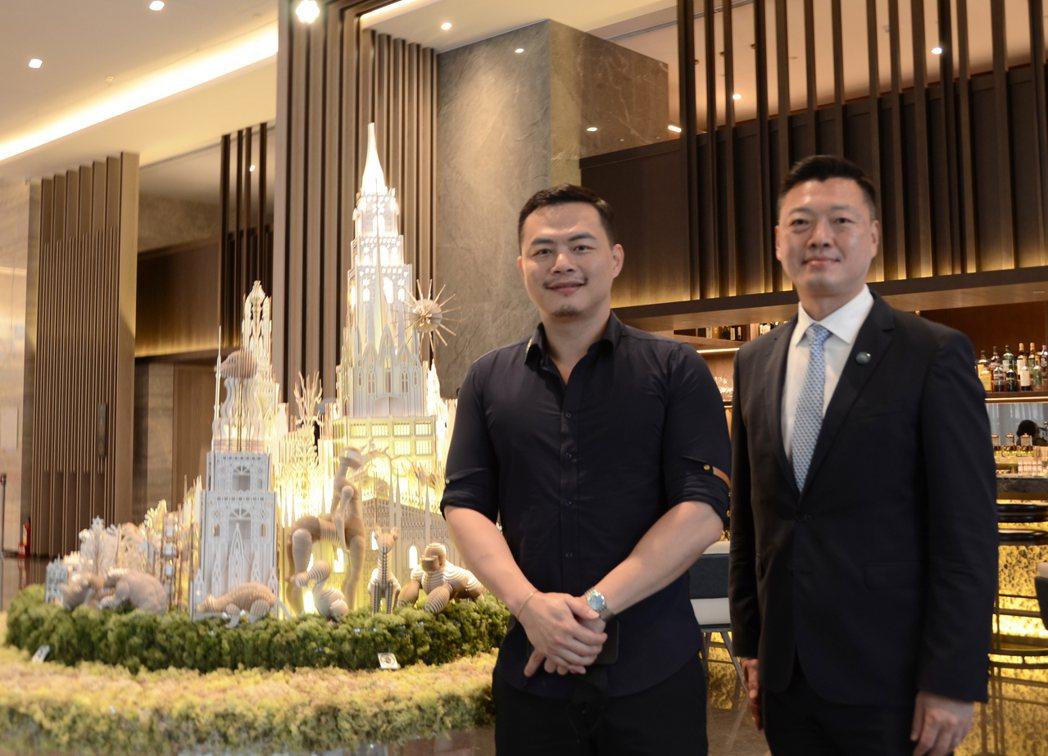 台北新板希爾頓酒店總經理吳宏一(右)與國際卡榫藝術家林家慶(左)一同攜手扶持在地...