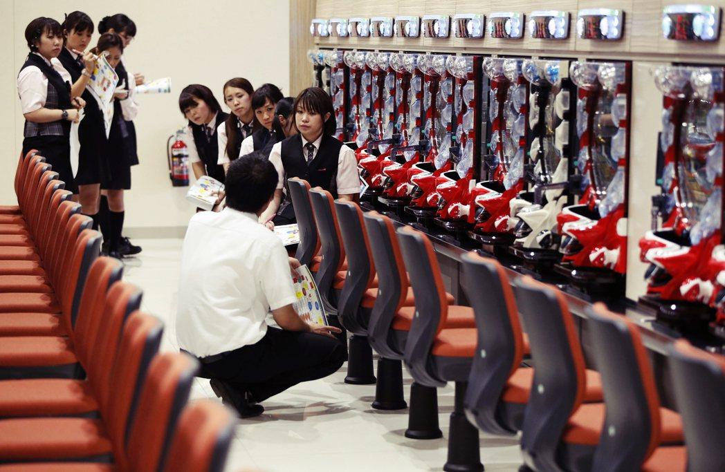圖為東京的柏青哥店正在進行員工訓練。在柏青哥產業史研究中,其中一個探討的題目是柏...