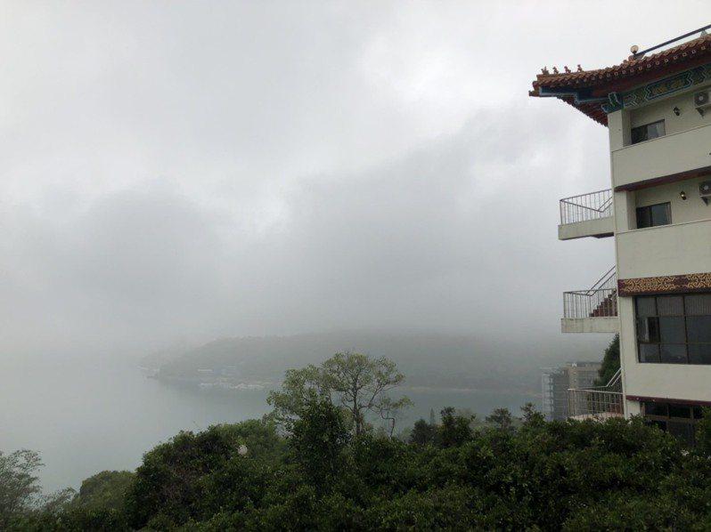 從景聖樓眺望日月潭,湖光山色雲霧縹緲,美景如畫卻不敵疫情,黯然歇業。記者江良誠/攝影
