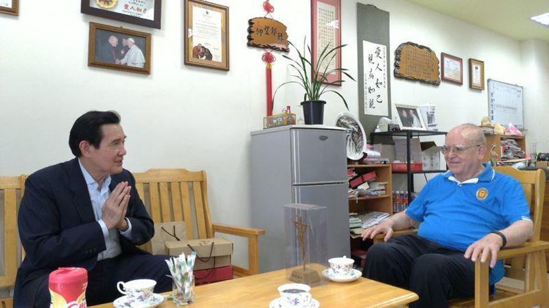 新冠肺炎肆虐義大利,為幫助家鄉度過難關,在台灣奉獻55年的天主教靈醫會義籍神父呂若瑟,日前發起募款活動,前總統馬英九也共襄盛舉。呂對馬說,感謝天主當年把他帶到台灣來;馬則回.他才要謝謝神父你們到台灣來。圖/截自馬英九臉書