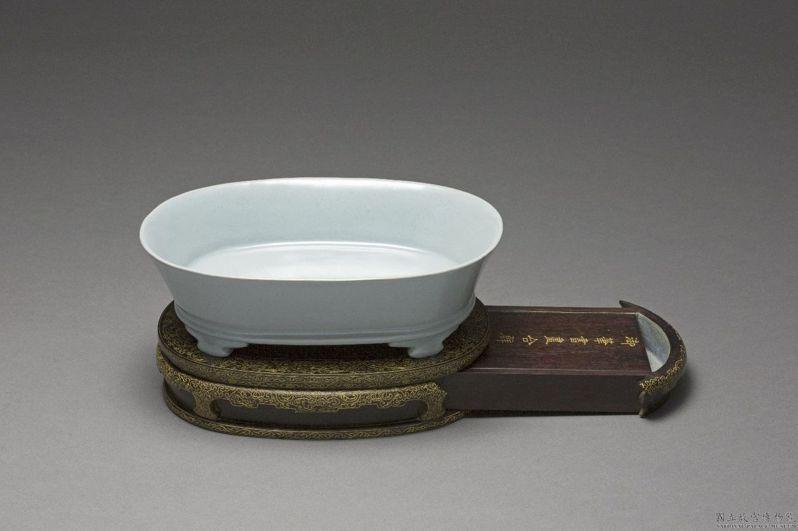 國寶北宋汝窯「青瓷無紋水仙盆」,接棒在「皇帝的多寶格」中展出,成為人氣展品。圖/故宮南院提供