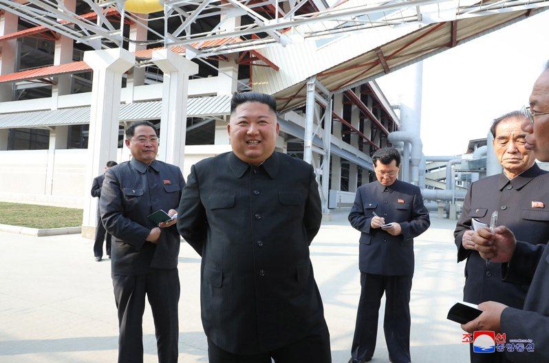 經過20天的神隱,北韓領導人金正恩1日現身參加順川磷肥工廠竣工典禮。似乎是想讓持續懷疑金正恩身體出狀況的人無話可說,北韓官媒加碼釋出影片,彰顯金正恩真的健康無虞。歐新社