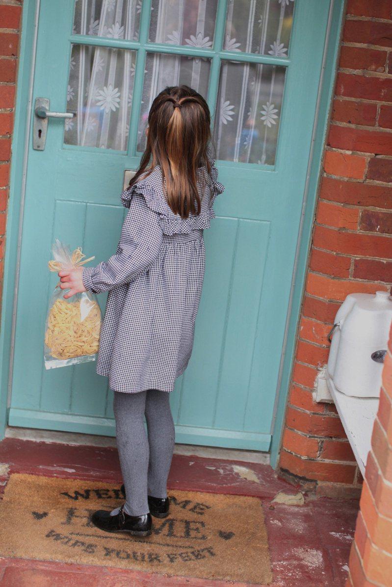 英國威廉王子和夫人凱特的女兒夏綠蒂公主二日滿五歲,王室發布她上月和家人在諾福克郡的住處安默堡附近一起分送食物給長者和弱勢的照片慶祝。(路透)