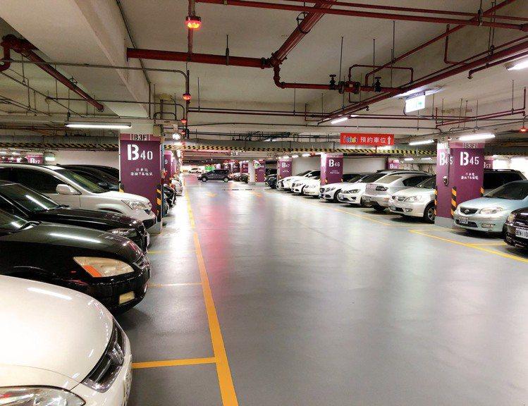 購物中心停車場湧現車潮,幾乎回復疫情前假日盛況。圖/環球購物中心提供