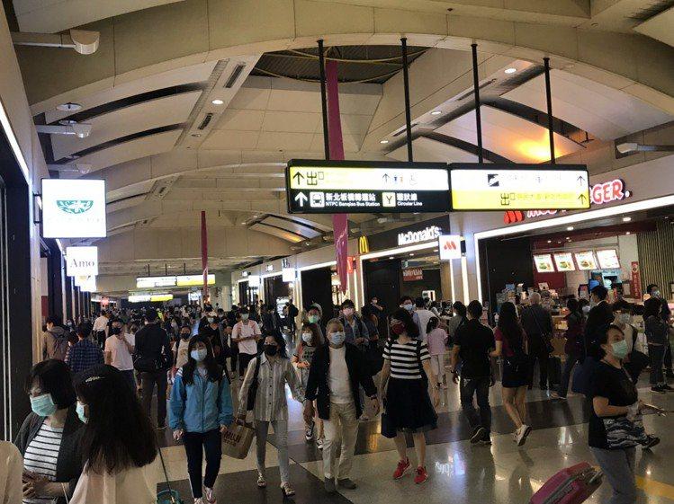 環球購物中心車站店人潮踴躍。圖/環球購物中心提供