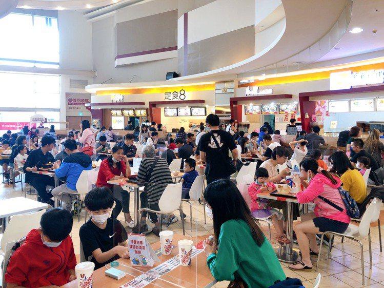 連假期間,百貨、餐飲人潮明顯回流。圖/環球購物中心提供