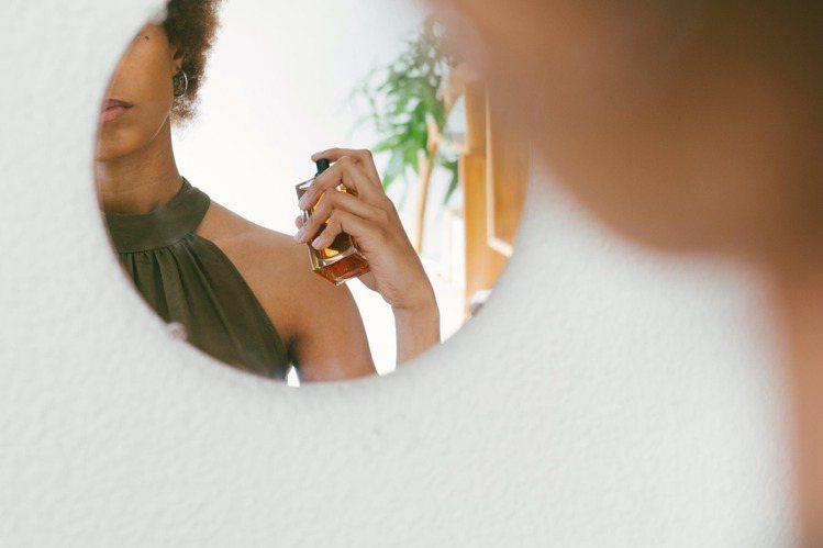 噴灑香水,在適當的距離更有魅力。圖/摘自 pexels