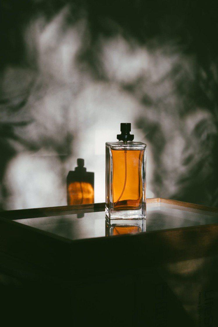 喜歡的香水有很多瓶,疊擦是大忌。圖/摘自 pexels