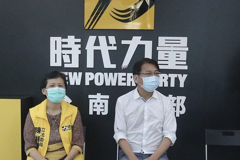 時代力量黨主席徐永明(右)與時力立委陳椒華(左)今天傍晚在台南黨部舉辦黨員見面會。記者鄭維真/攝影