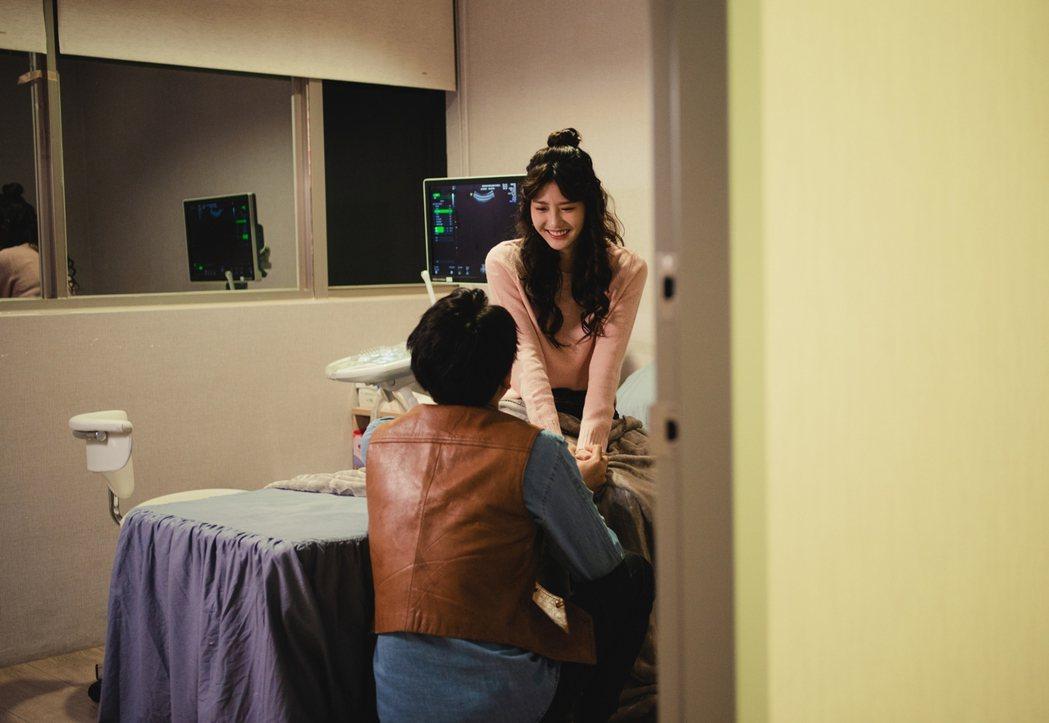 四葉草(右)、大鶴在戲中演出一對情侶,面對突如其來的新生命,考驗著雙方感情進展。...