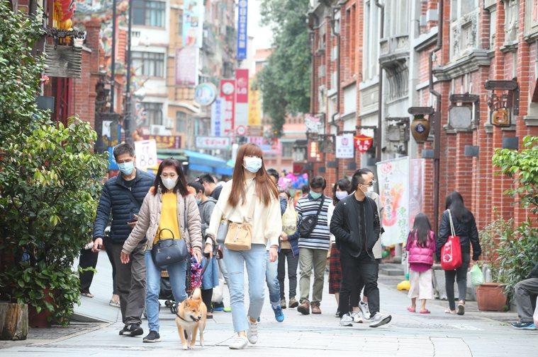 氣象預報未來一周都屬於炎熱天氣,戴口罩悶熱不舒服,令人好奇是否夏季疫情趨緩,可以...