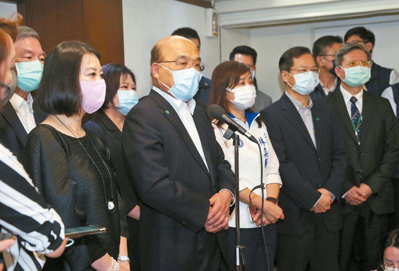 行政院長蘇貞昌(中)昨對鐵路警察遭刺死案獲判無罪,表態支持檢方上訴,卻避談行政機關責任。 記者曾吉松/攝影