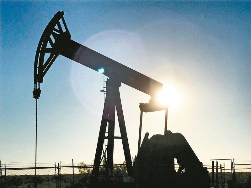 疫情衝擊下,國際油價恐難反彈。(路透)