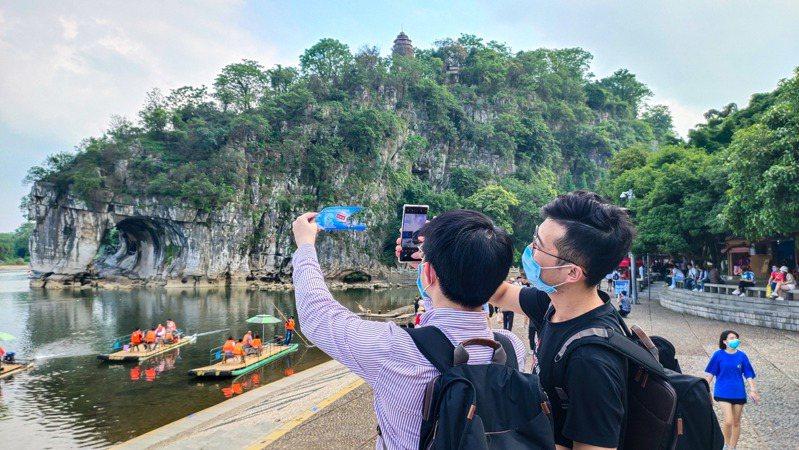 「五一」小長假第二天,中國民眾出遊興致不減,全國2日接待國內遊客超3000萬,較第一天增加,旅遊收入約128億(人民幣,下同);許多知名景點一票難求,多個5A級景區也不再接受新預約。 中國新聞社