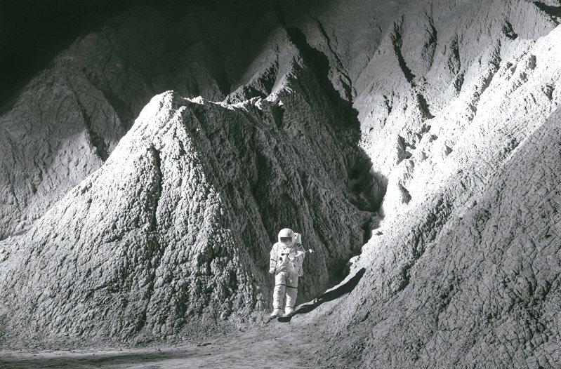 藝術家姚瑞中與策展人游崴呈現四件全新錄像委託創作,分別取材自登陸月球(見圖)、反美抗爭、六四民運、911恐攻等四大歷史事件。 圖/空總台灣當代文化實驗場提供