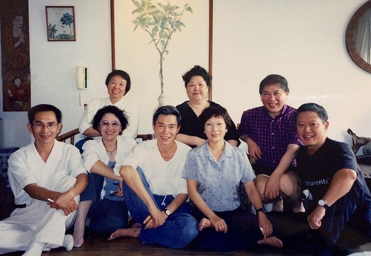 薇薇夫人(前排左2)多年前與林懷民(前排左起)、奚淞、汪其楣、蔣勳、殷允芃(後排...