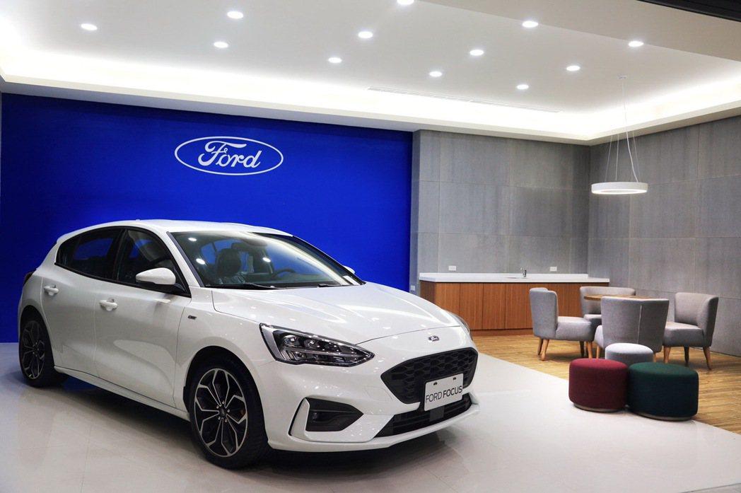 東港汽車吉安據點以灰白色搭配的天地牆結合Ford形象識別,帶來沈穩俐落的視覺效果...