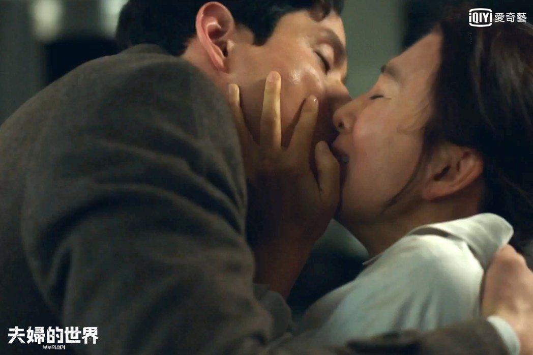 金喜愛與朴海俊激情擁吻。圖/愛奇藝台灣站提供